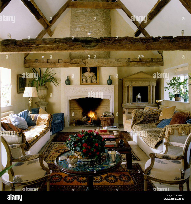 Holzbalken Wohnzimmer Mit Kamin In Einem Englischen Landhaus Stockfotografie Alamy
