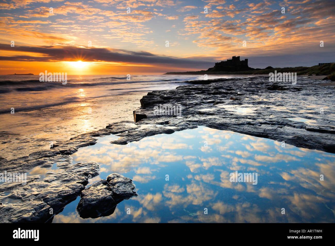 Spektakulären Sonnenaufgang an der Küste in der Nähe von Bamburgh Castle in Northumberland Stockbild