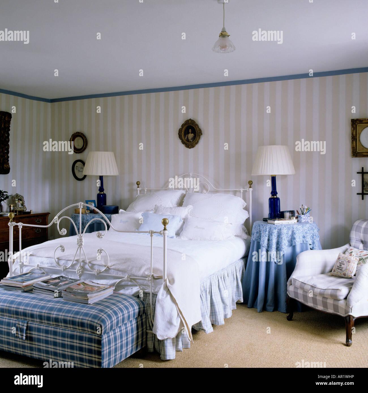 englischen landhaus schlafzimmer mit gestreiften tapeten und viktorianischen gusseisen bett. Black Bedroom Furniture Sets. Home Design Ideas