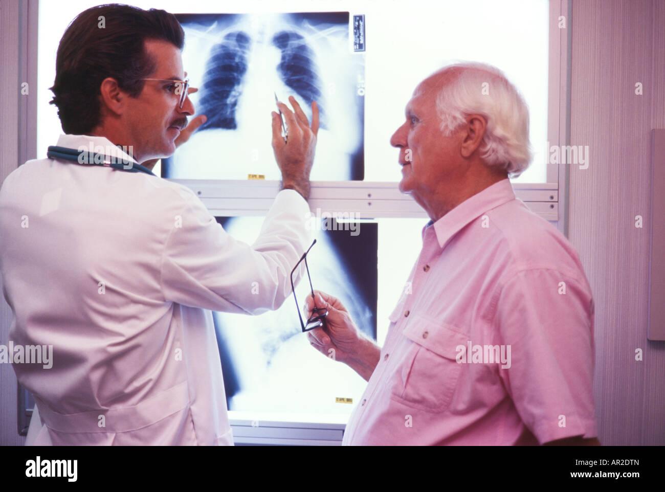 Arzt und Seniorl Patienten, körperliche Untersuchung, Röntgenaufnahmen, Miami anschauen Stockbild
