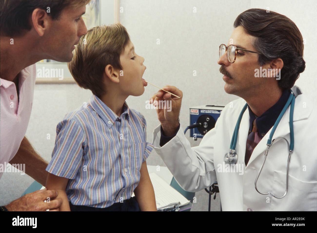 Arzt und junge verspielte Patienten, körperliche Prüfung, Miami Stockbild