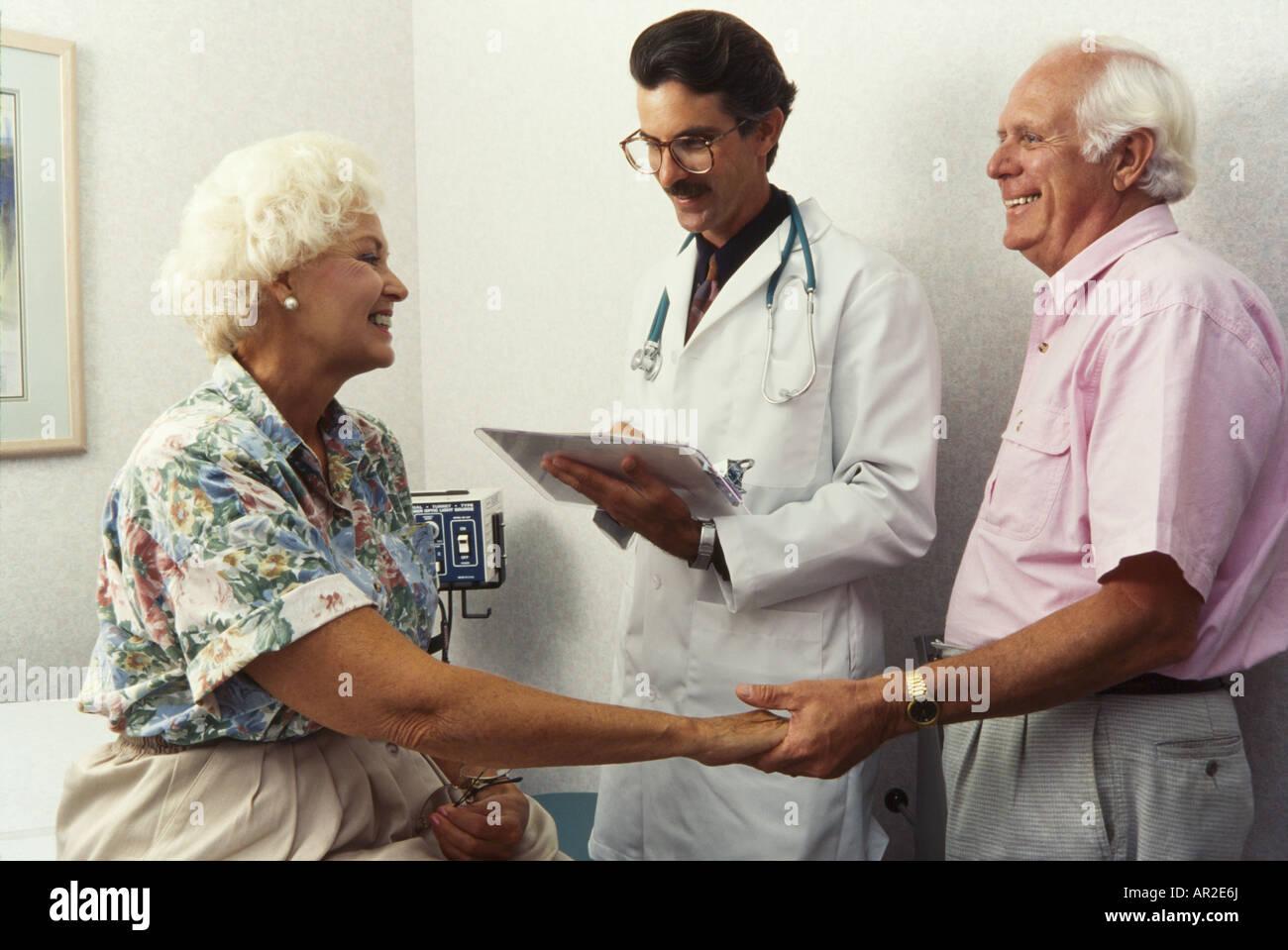 Arzt, die körperliche Untersuchung geben, bis zu Senioren, Miami Stockbild