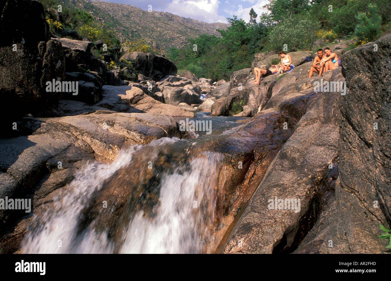 Menschen am Wasserfall, Nationalpark Peneda-Geres, Soajo ...