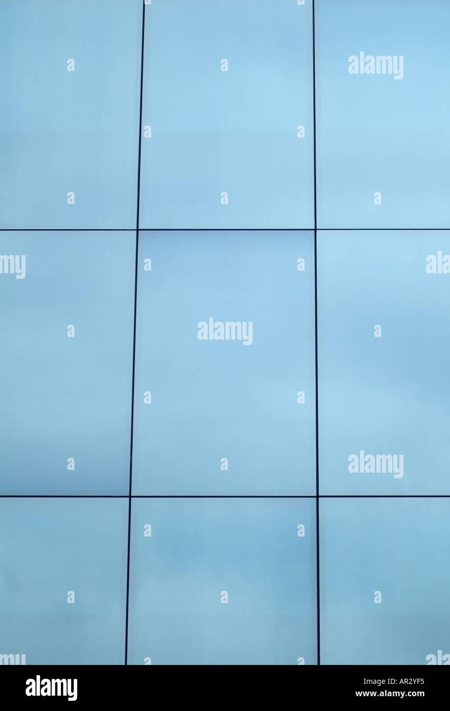 Verspiegeltes Glas Fenster verspiegeltes glasfenster eines bürogebäudes, hautnah stockfoto