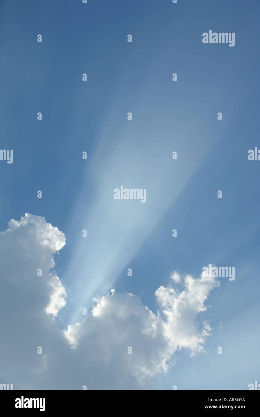 Welle des Lichtes durch eine Wolke am blauen Himmel brechen Stockbild
