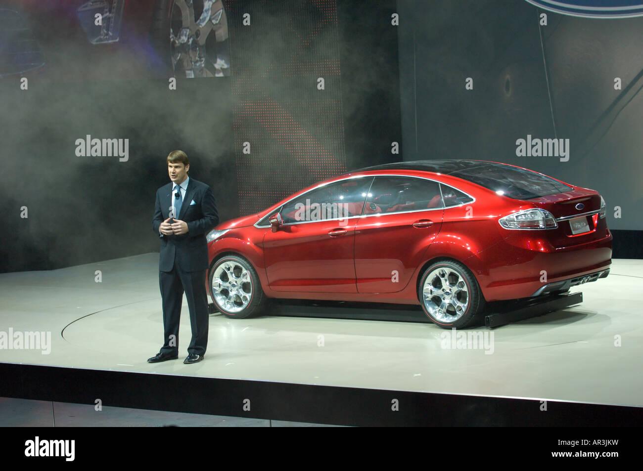 Ford Group Vice President für Marketing und Kommunikation Jim Farley mit Ford Verve an der 2008 NAIAS Detroit Stockbild