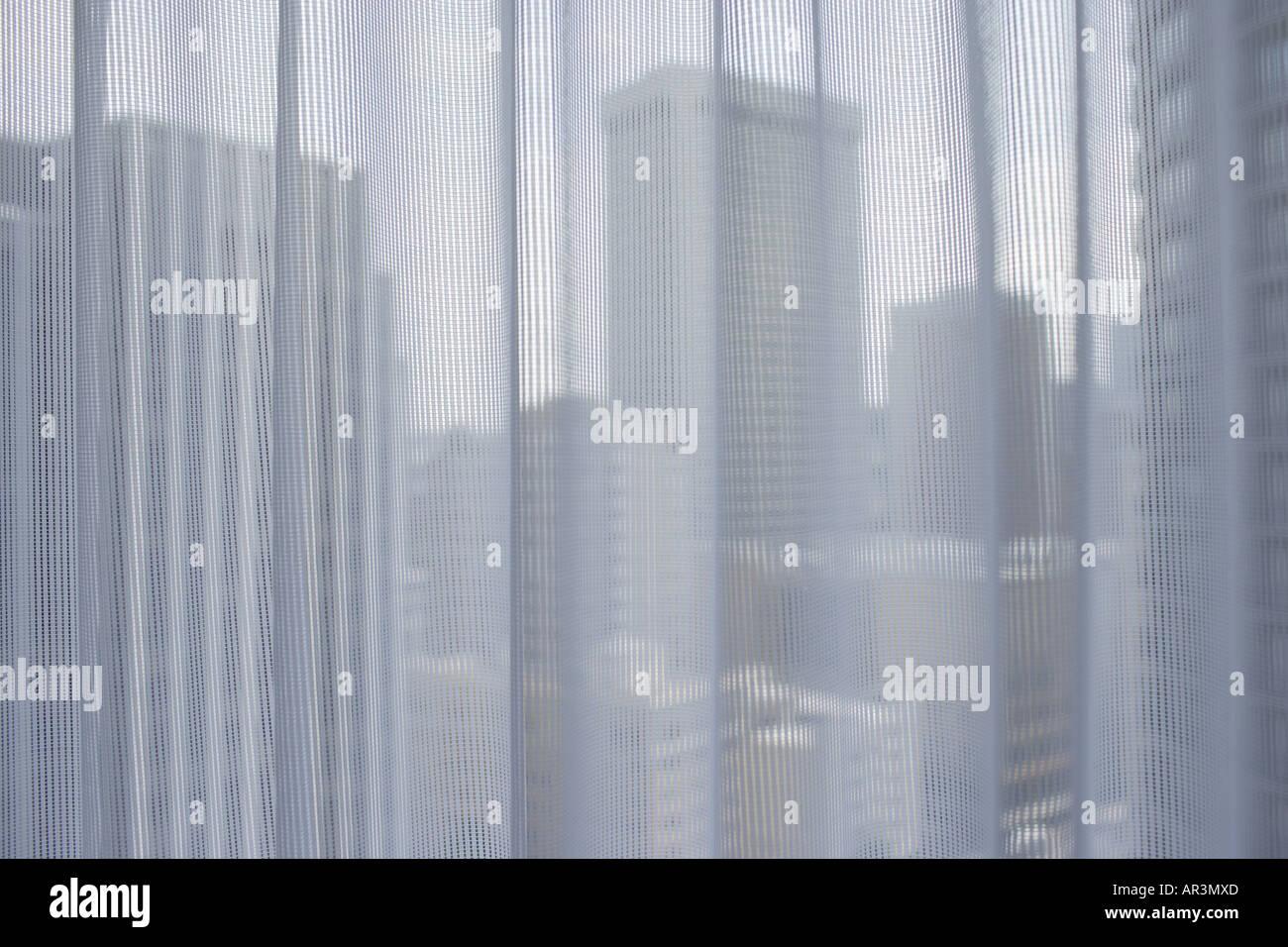 Gebäude der Stadt gesehen durch Gardinen Stockbild