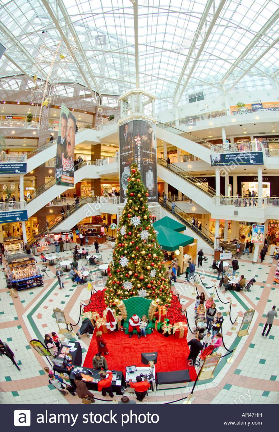 Extremen Weitwinkel einer Shopping-Mall zu Weihnachten mit ...