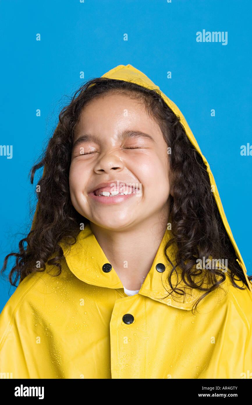 Mädchen in einem Regenmantel Stockbild
