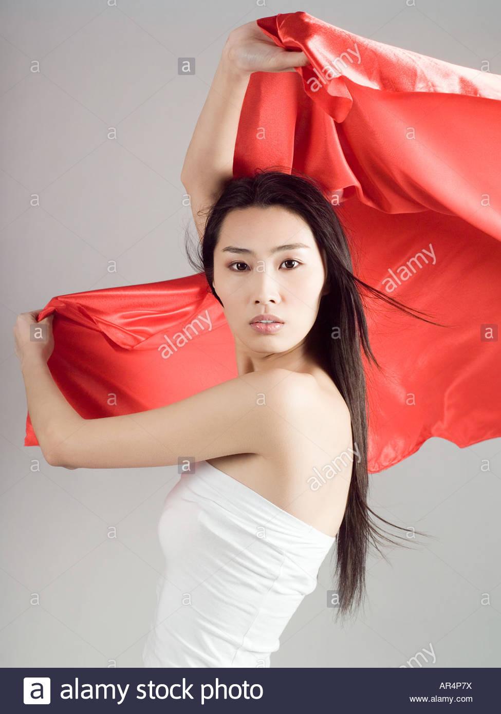 Chinesische Frau hält eine rote Fahne Stockbild