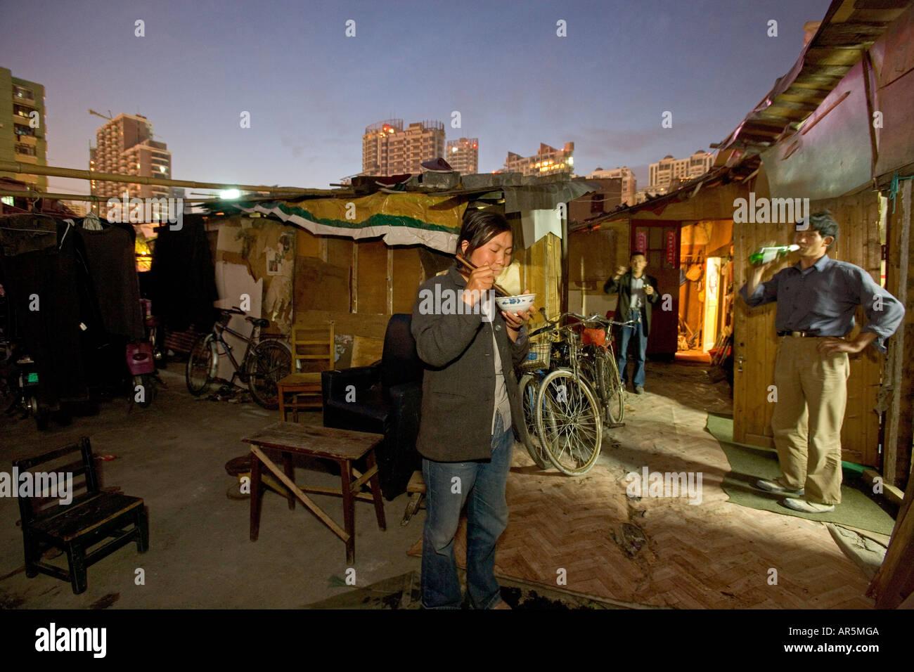 Essen außerhalb selbstgebaute Hütten aus Abbruchmaterial, Hongkou Stockfoto