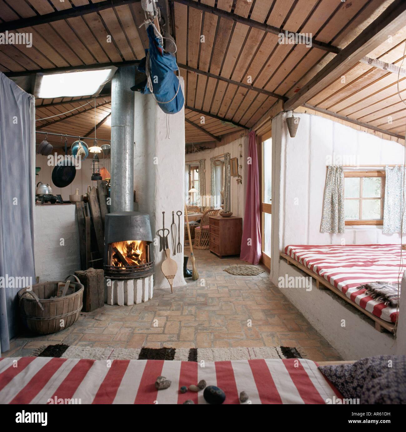 Ofen in siebziger Jahre offene Wohnzimmer mit Holzdecke und rot-weiß ...