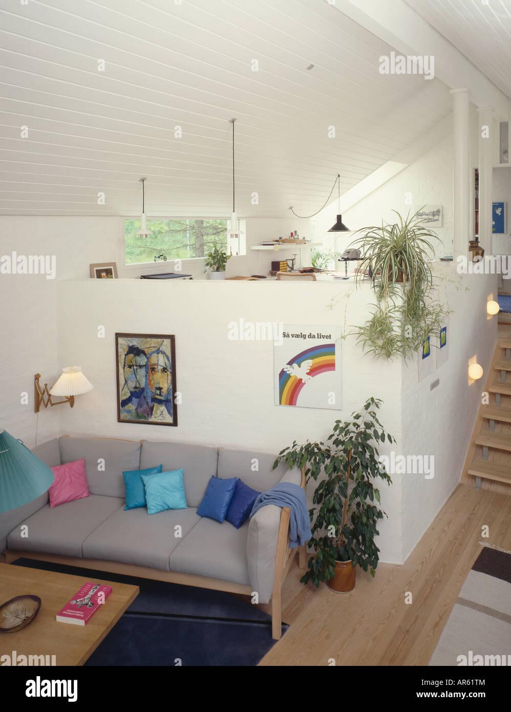 Grauen Sofa im Wohnbereich unten Mezzanine Küche und Esszimmer in ...