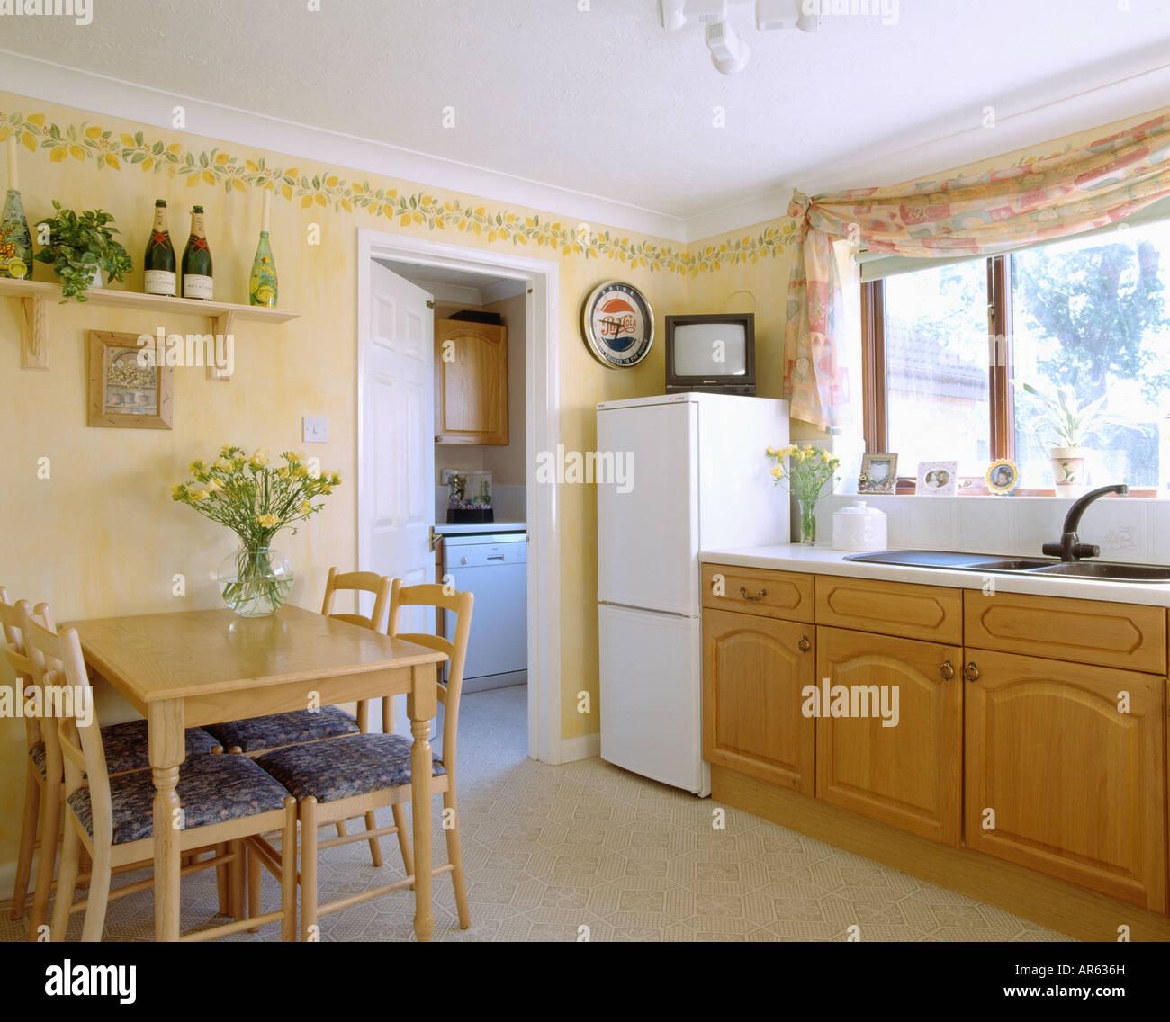 kleiner fernseher auf k hl gefrierkombination in pastell. Black Bedroom Furniture Sets. Home Design Ideas