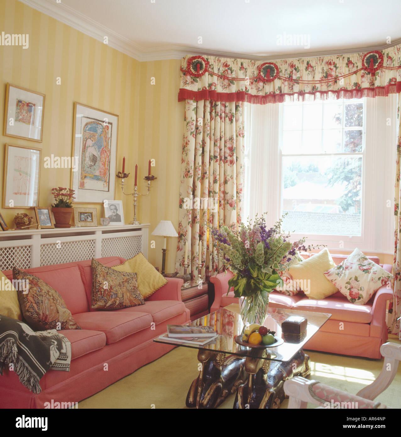 Tapete Esszimmer | Rosa Sofas Und Gelb Gestreifte Tapete In Wohn Und Esszimmer Mit