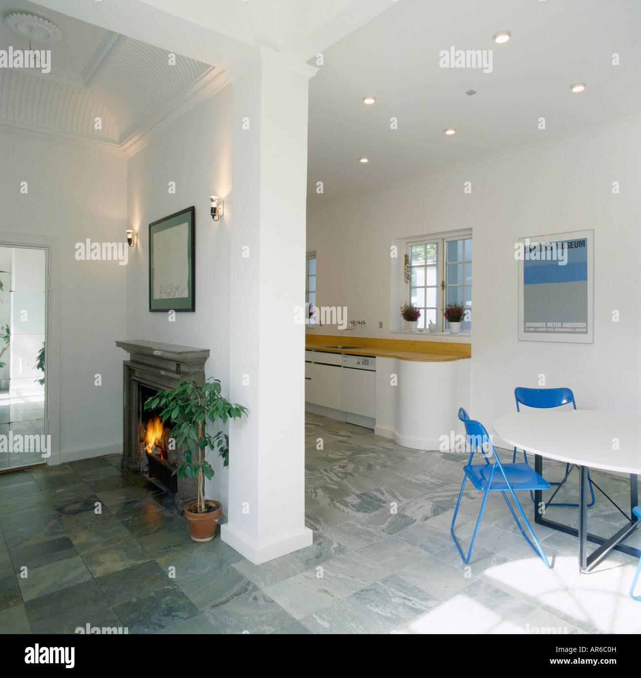 Kamin Auf Trennwand Offene Küche Dining Room Mit Grauen Fliesen Und Blaue  Stühle Mit Weißen Tisch