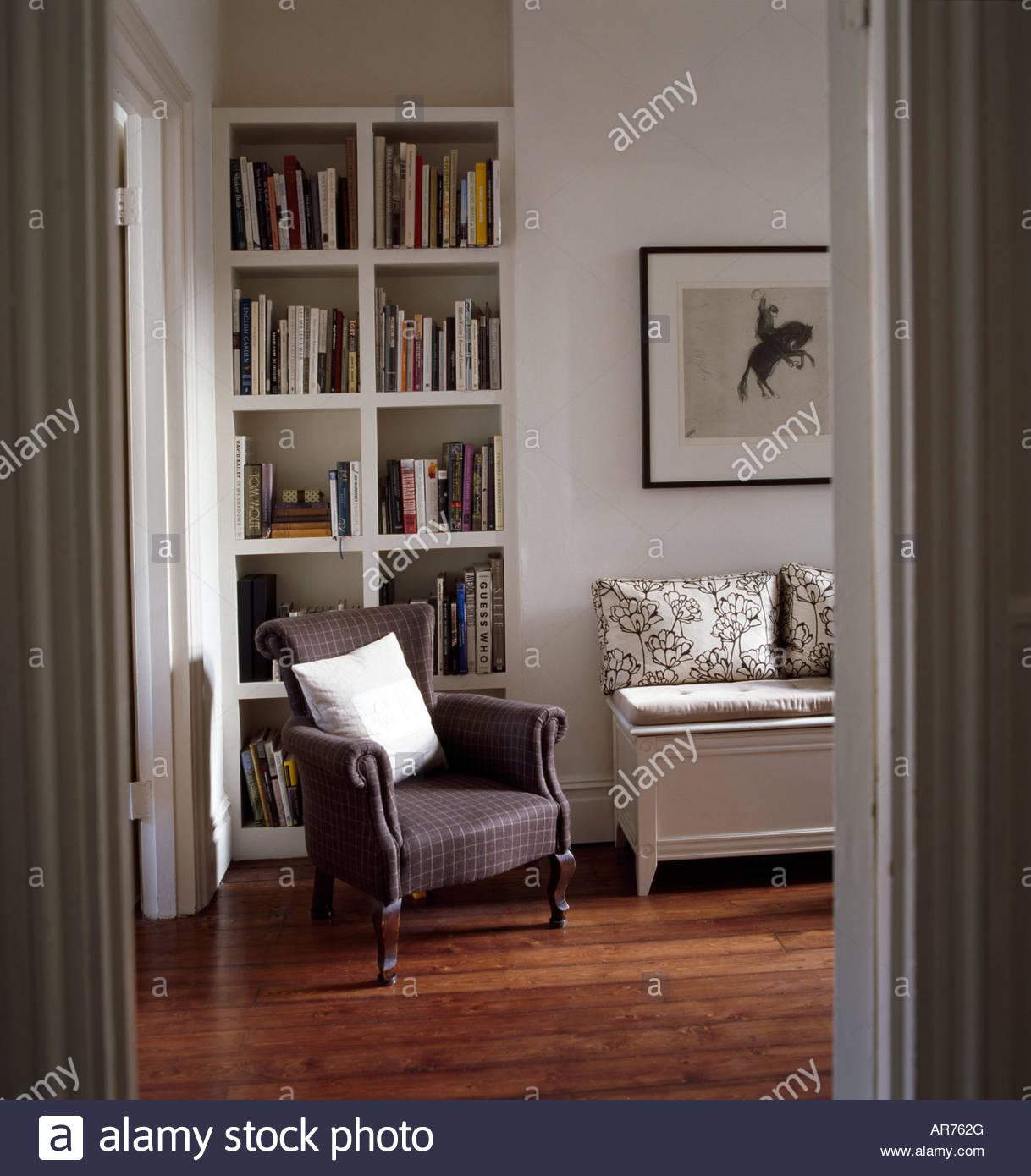 Wohnzimmer Interieur Mit Modernen Stilvollen Bookselves Sessel Und Malerei  Stockbild