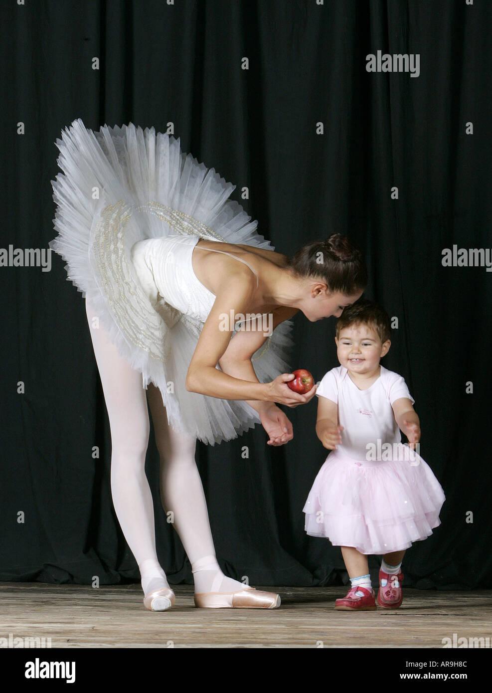 eed2a22014f9 ersten Ballett Lektion Prima Ballerina Tänzerin Schauspielerin Bühne Baby  Mädchen Baby Kind Kinder studieren Lehrer Leistung Nationalballett