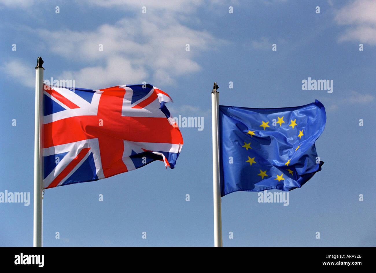 Eine Großbritannien-Flagge, die neben einer EU-Flagge Stockbild