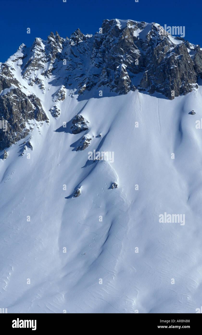 Totale der Skifahrer Spuren abseits der piste Stockbild