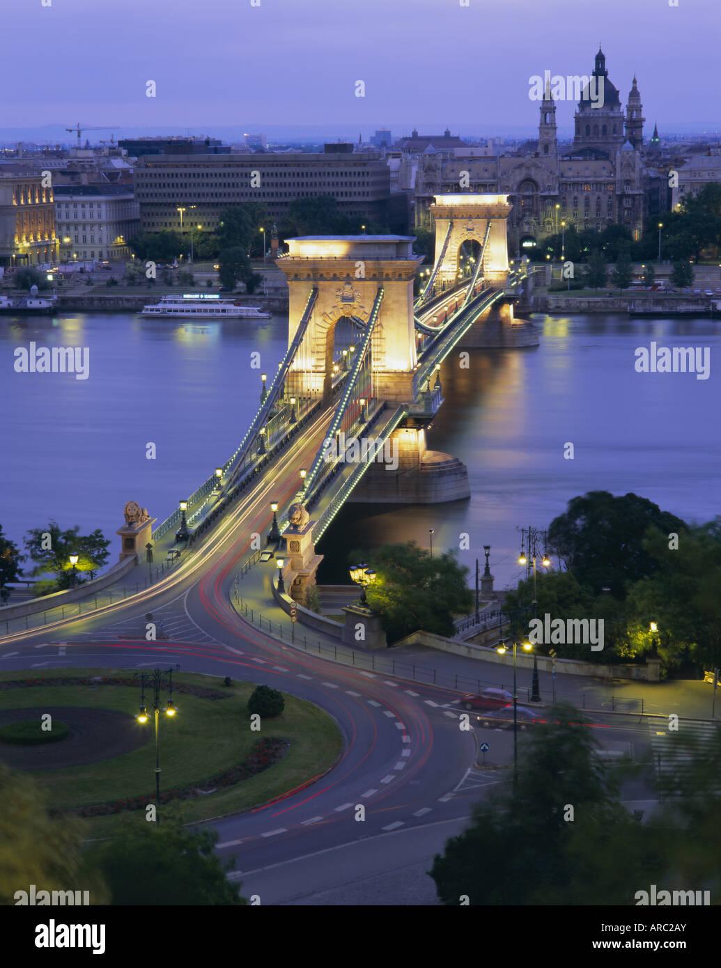 Kettenbrücke über die Donau und St. Stephens Basilica, Budapest, Ungarn, Europa Stockfoto