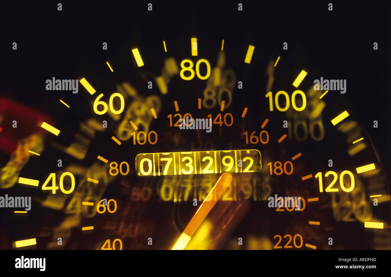 Tacho auf Fahrzeug nachts beleuchtet Stockbild