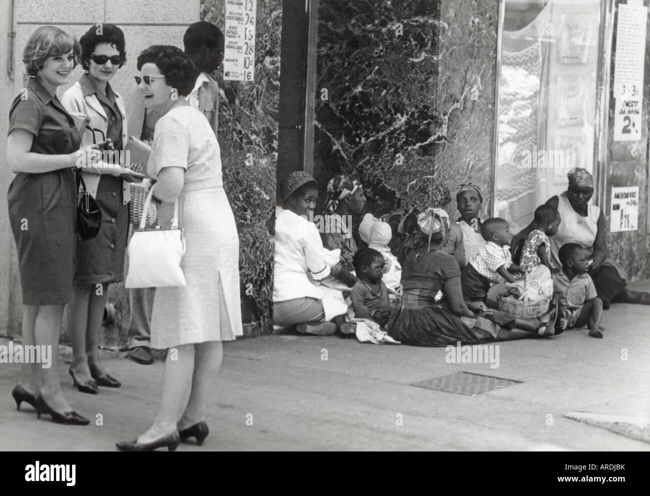 Shopper in Salisbury, Rhodesien, später Harare Simbabwe, wenn weiße Minderheit Regel setzte sich Stockbild