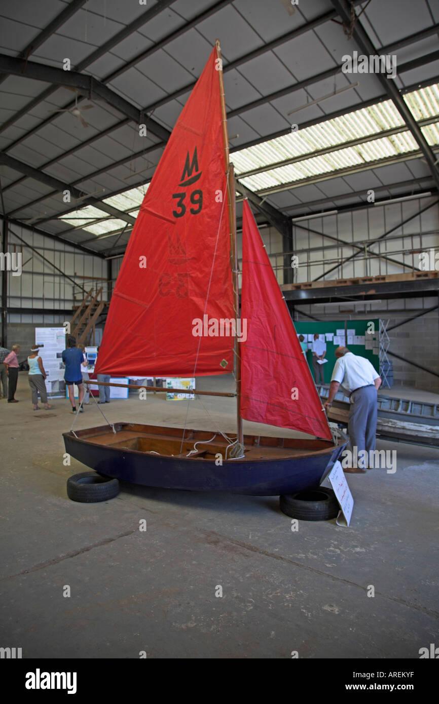 Sehr frühes Beispiel des Spiegels Segeln Jolle Woodbridge Maritime Tag Suffolk England Stockbild