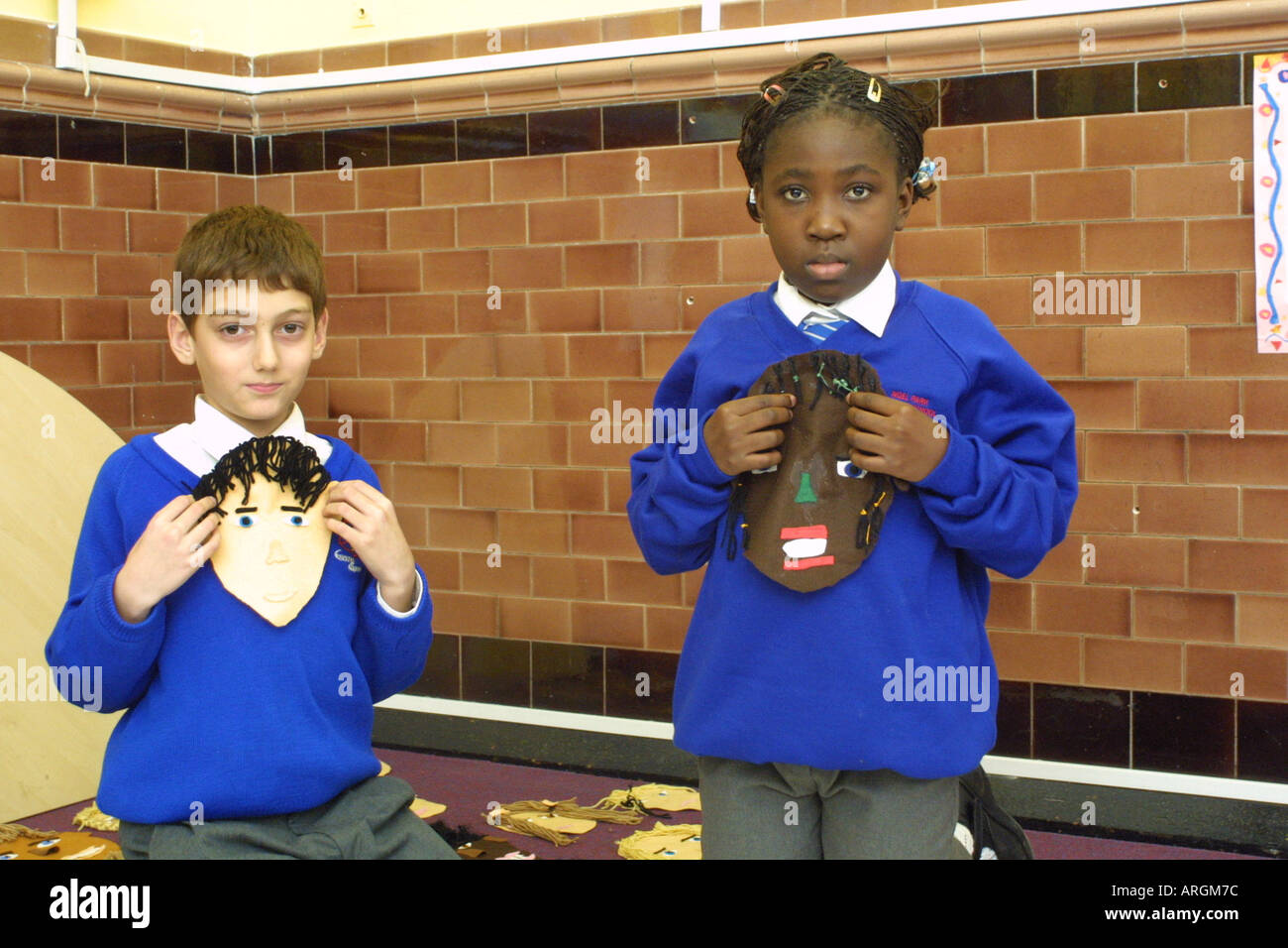 Kinder im Grundschulalter präsentieren ihre Selbstporträts. Stockbild