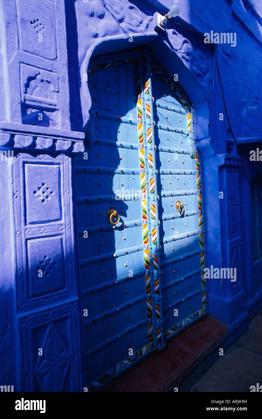 Aufwendige blaue Tür, die blaue Stadt Jodhpur, Rajasthan, Indien, Stockbild