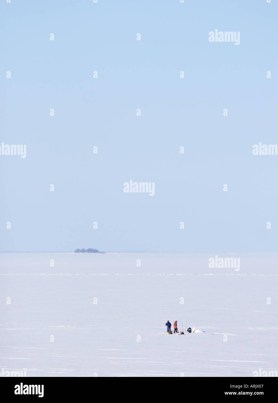 Zwei Fischer an Ostsee, Bottnischen Bay, Finnland Stockbild