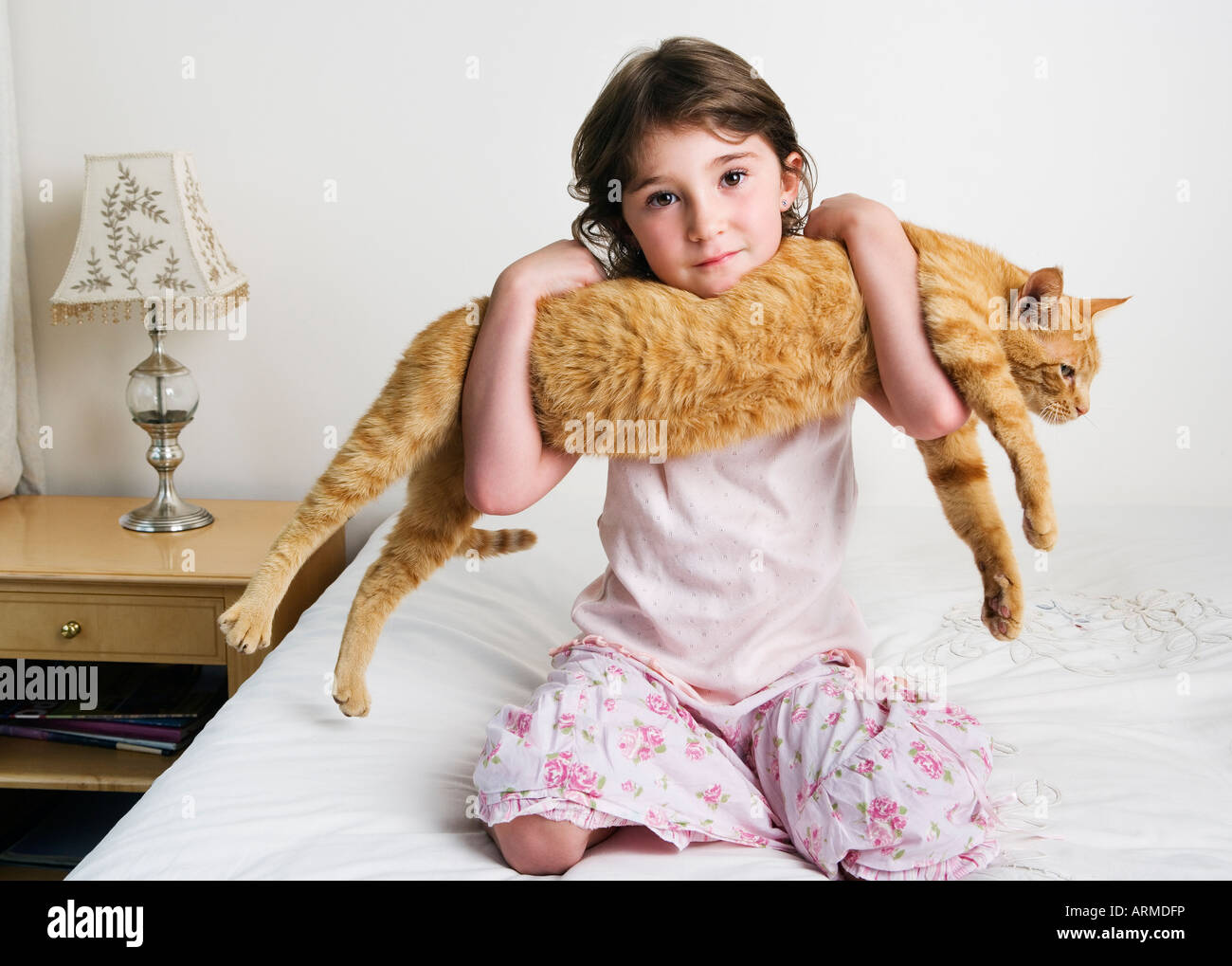 Mädchen halten Katze in armen Stockbild