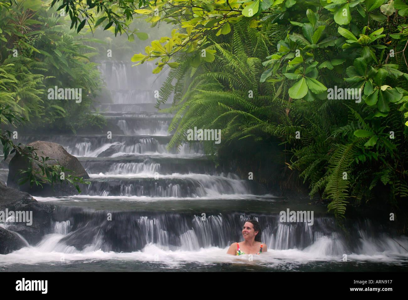 Ein Besucher wohnen Sie in einer der warmen Ströme, die durch Tabacon Hot Spring Resort & Spa Costa Rica fließt Stockfoto