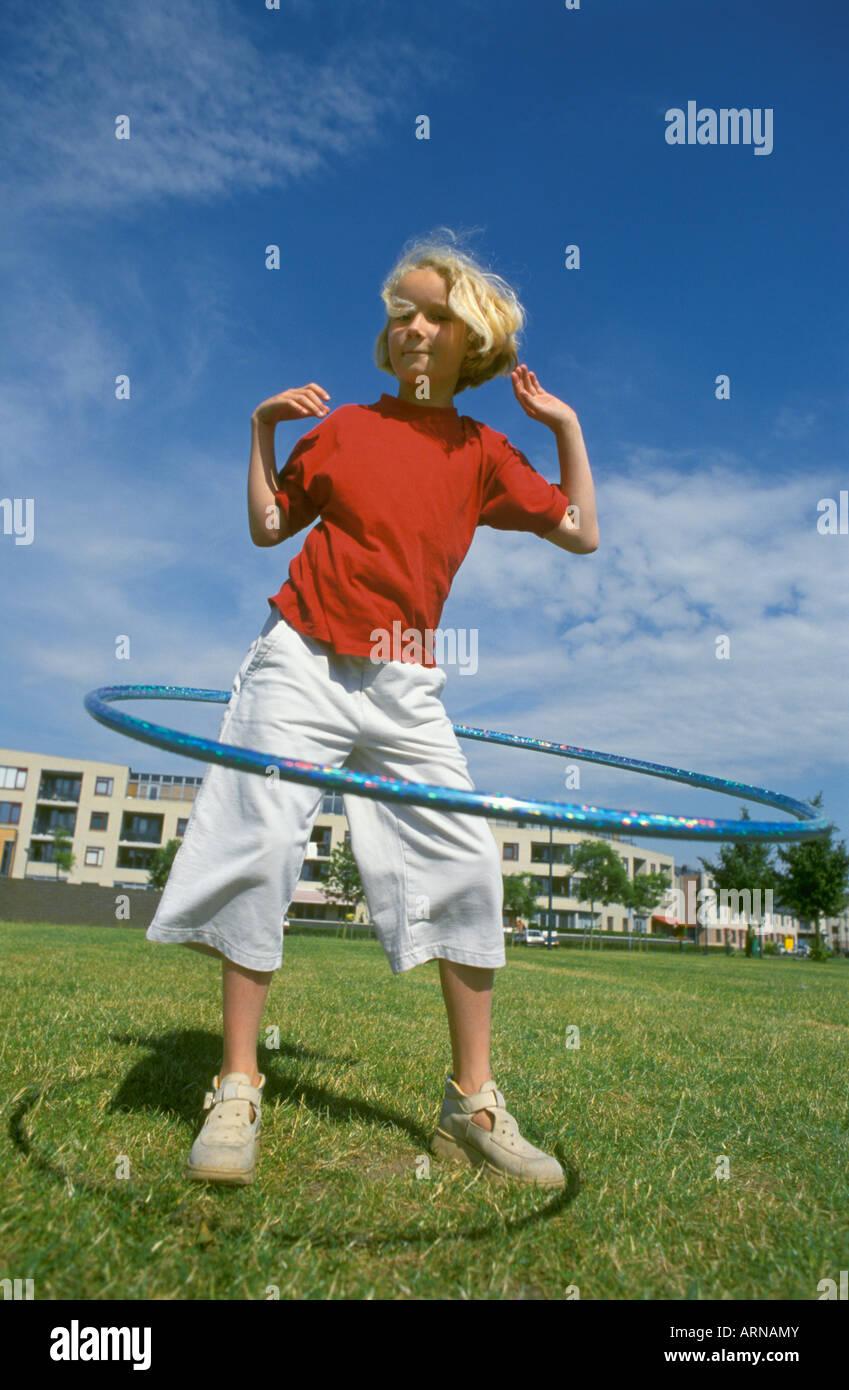 Blondes Mädchen mit einem Hula-Hoop Stockbild