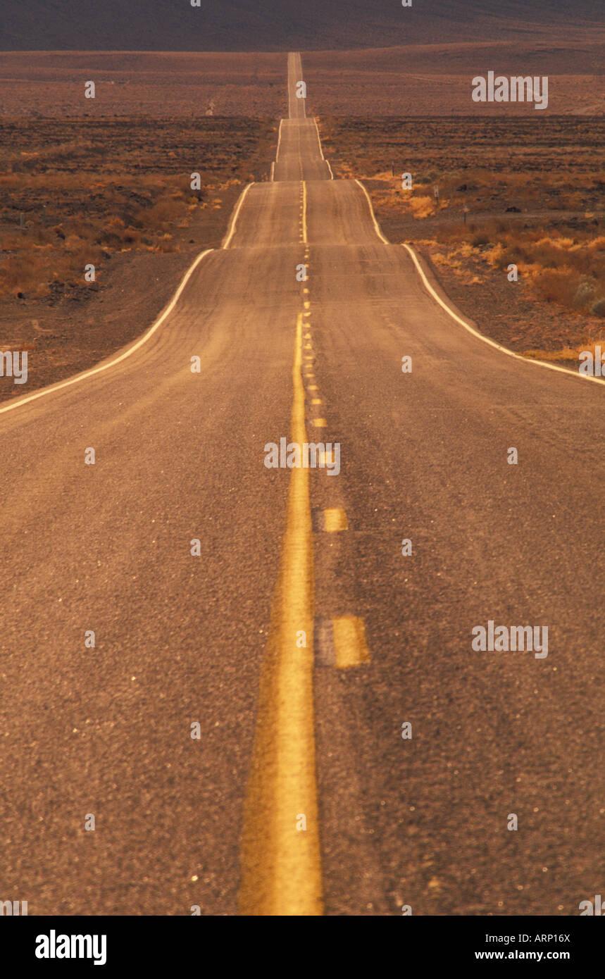 USA, Kalifornien, Death Valley - totale Wüste Autobahn Stockbild