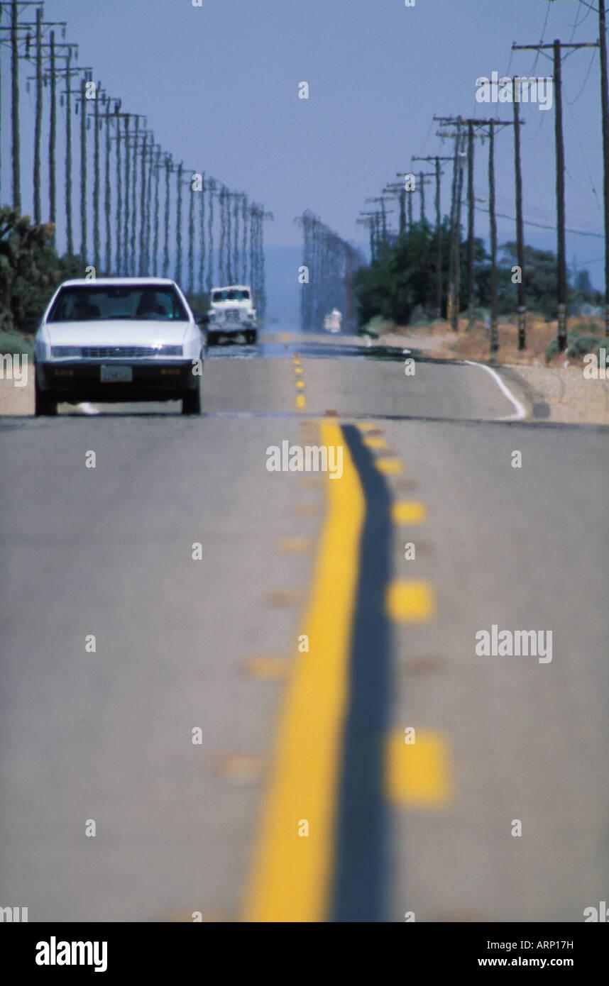 USA, California, -totale Wüste Autobahn mit Telefonmasten Stockbild