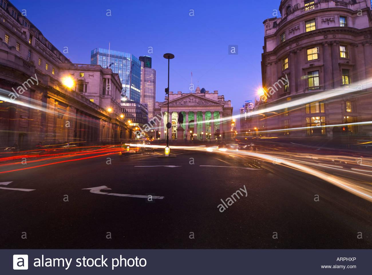 Verkehr-Loipen vor der Royal Exchange und die Bank of England, London, UK Stockbild