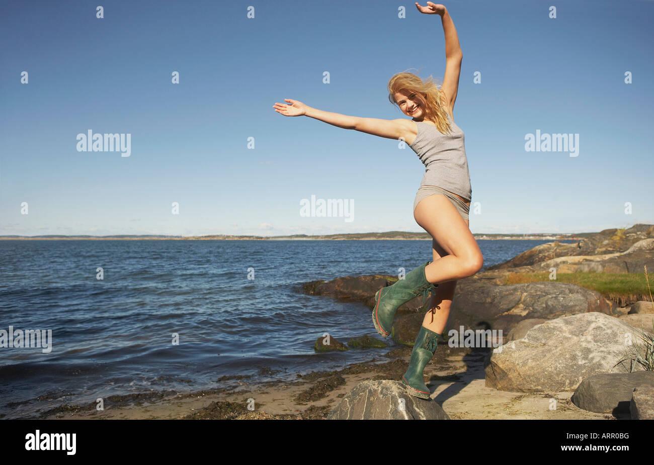 Junge Frau in Gummistiefel Stockbild