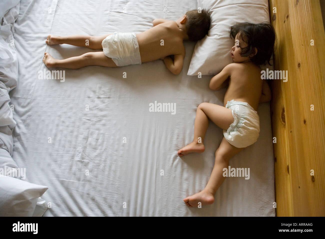 Müde Kinder, Abenteuerreisen, Hotel in Hunza, Pakistan Stockfoto