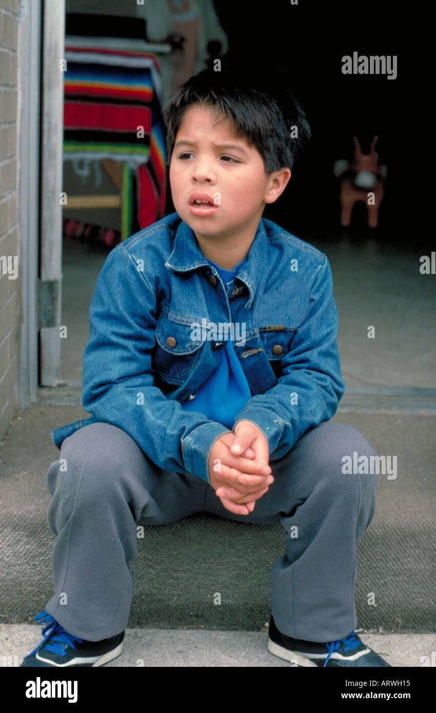 7 jährige Latino jungen sitzen auf Stufen am Cinco De Mayo Festival ...