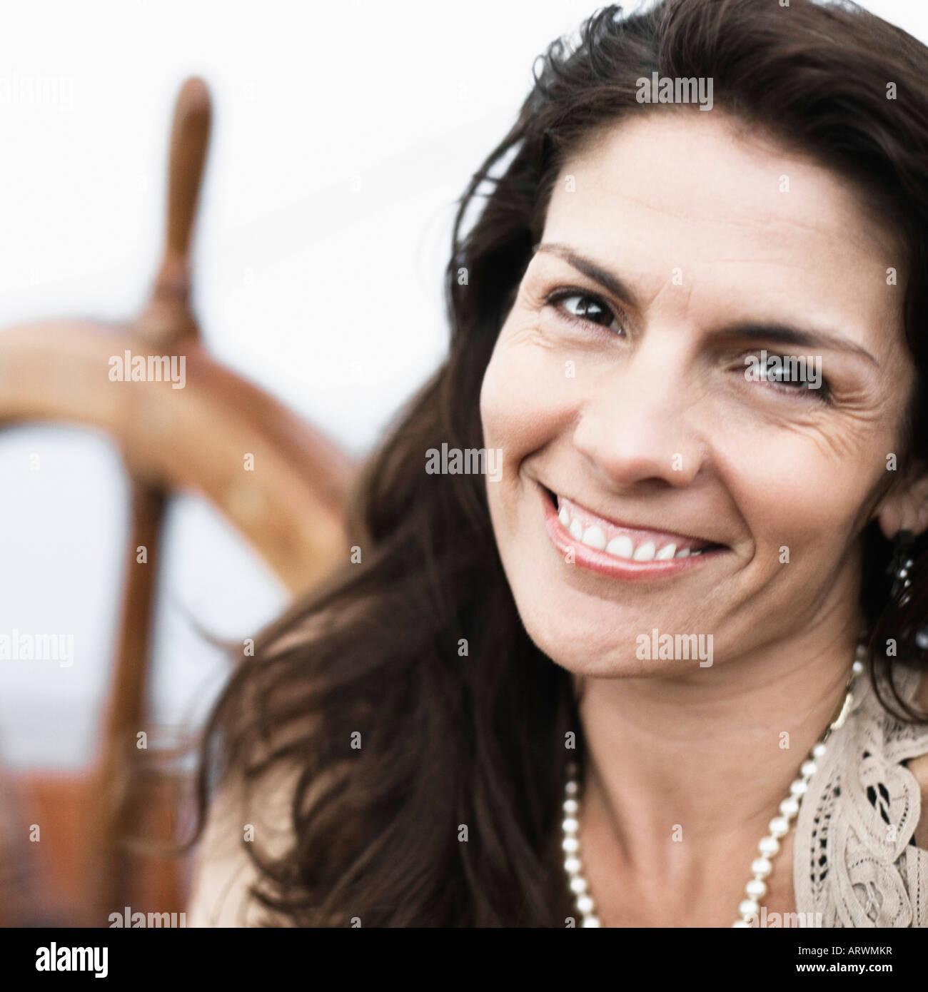 Porträt einer Mitte erwachsenen Frau lächelnd Stockbild