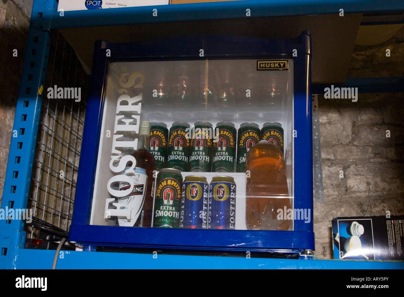 Mini Kühlschrank Für Bier : Dosen bier und flaschen weißwein im fosters lager mini kühlschrank