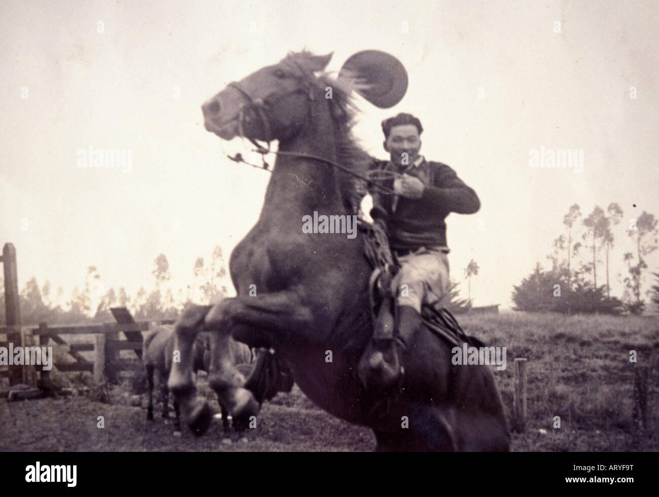 Archival Schwarzweißfoto von Yutaka Kimura, der ìWaimea Cowboy, Î auf bucking horse Stockbild