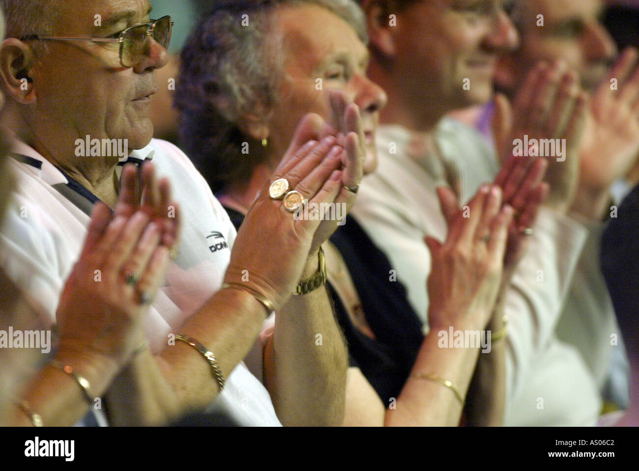 Publikum applaudiert Stockbild