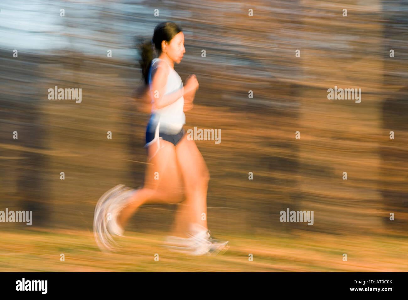 Junge Frau läuft Stockbild