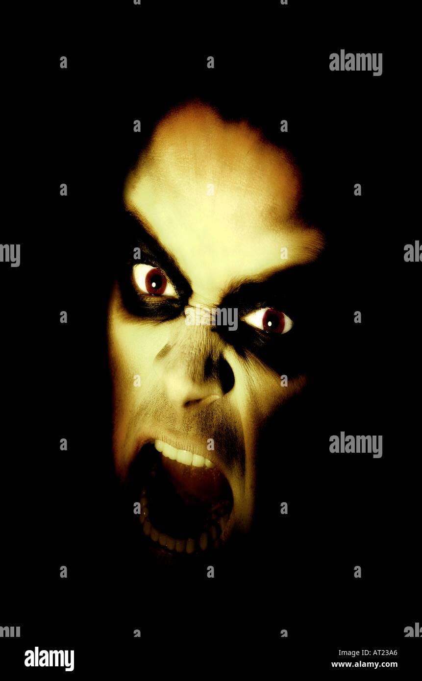 HorrorAggression, Wärme, Gefahr, Geheimnis, Bizarre, Gefahr, Ärger, Leistung, Konflikt, vertikal, Studioaufnahme, menschlichen Mund. Stockbild