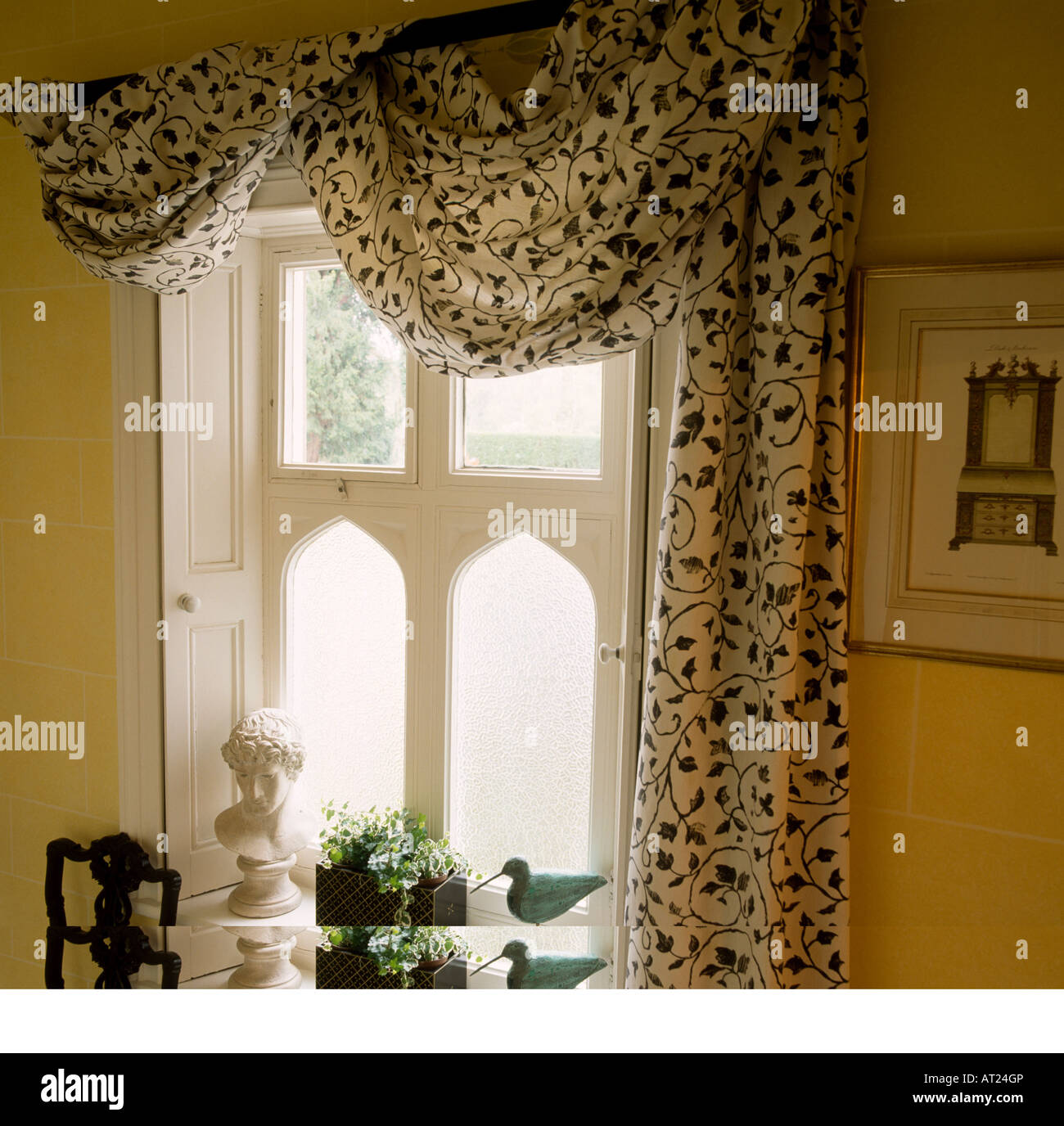 Schwarz + weiß gemusterte Vorhänge über Fenster mit weißen ...