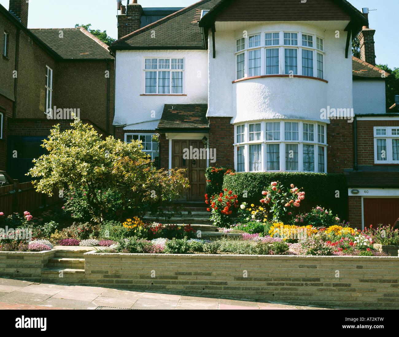 Dreißiger Jahre Einfamilienhaus mit Erker und farbenfrohen ...