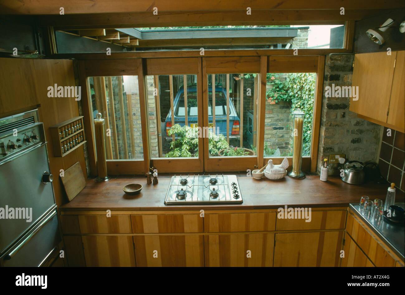 70er Jahre Küche mit Gasherd in Holz Arbeitsplatte vor Fenster mit ...