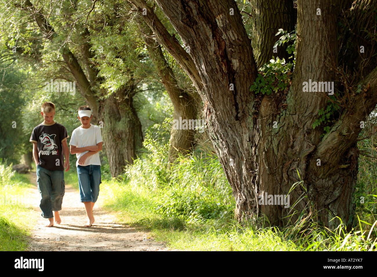 spazieren gehen wald nackt
